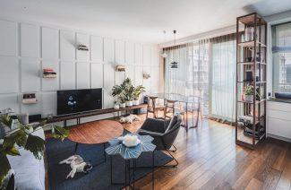 minimalistyczne wnętrze od Taff Architekci biały salon z wysokimi oknami i ciemną drewnianą podłogą