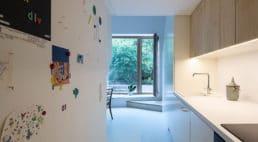 Apartament utrzymany wodcieniach bieli inaturalnego drewna