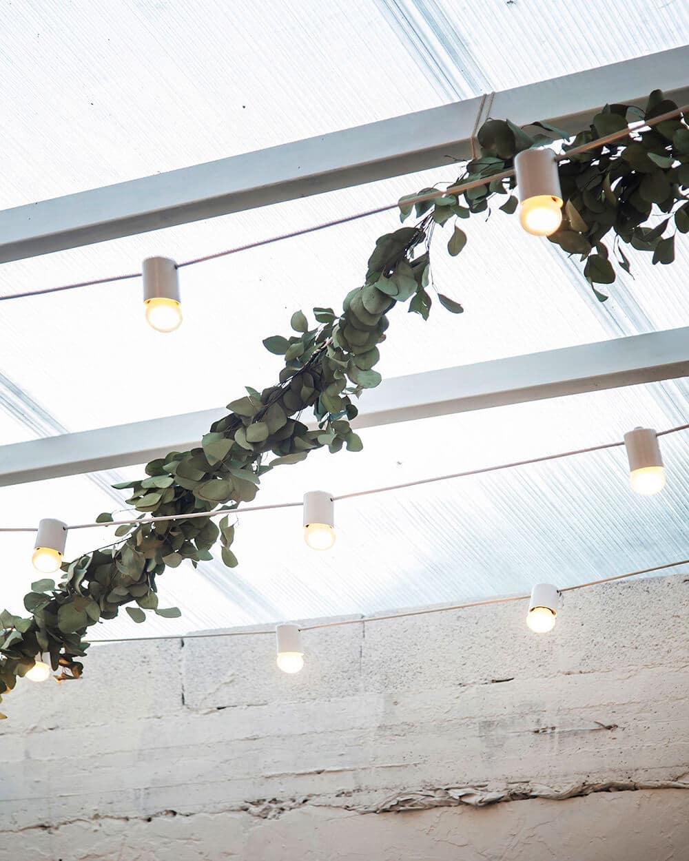 Minimalizm na stole iwe wnętrzu: wegańska restauracja Opa wTel Awivie