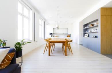 Minimalizm w kolorach bieli, drewna i szarości