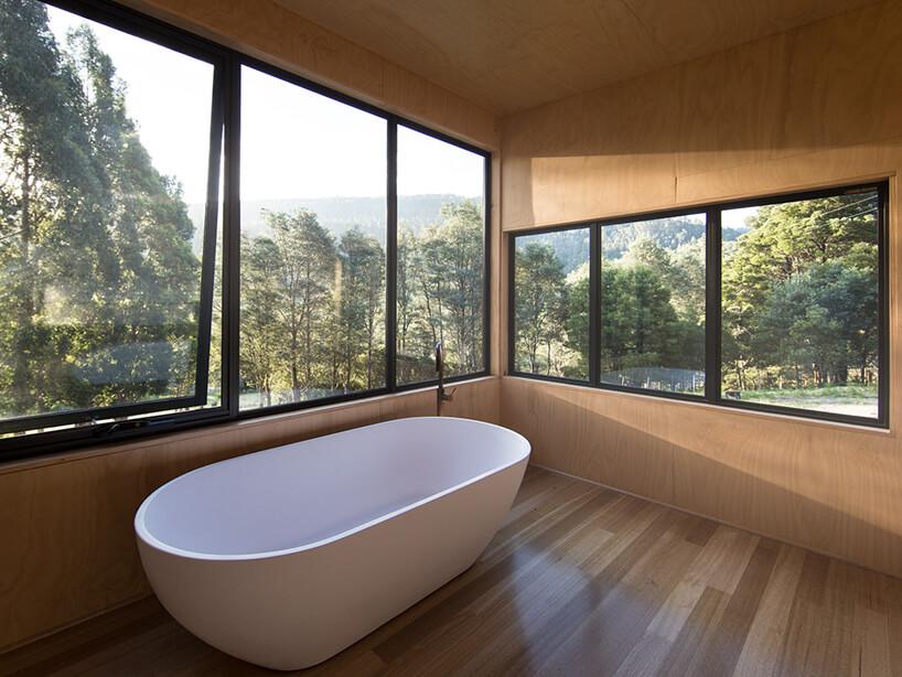 wanna wolnostojąca biała wprzestronnej minimalistycznej łazience