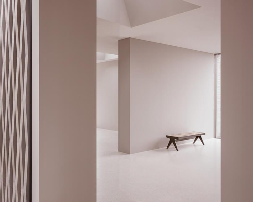 styl minimalistyczny wnętrze zmałą drewnianą ławką
