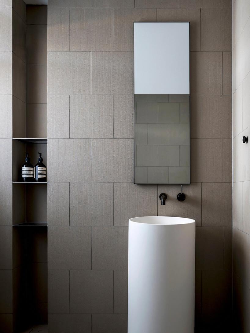 styl minimalistyczny wnętrze łazienki beżowej zwysoką umywalką