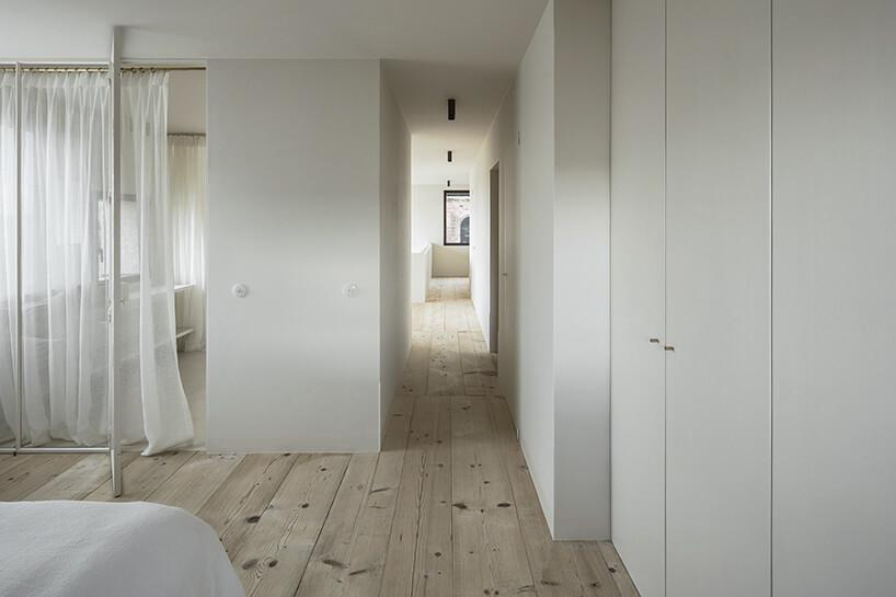 styl minimalistyczny wnętrze sypialni ikorytarza wbiałym kolorze