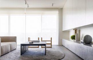 styl minimalistyczny wnętrze salonu z dużą sofą i szarym stolikiem