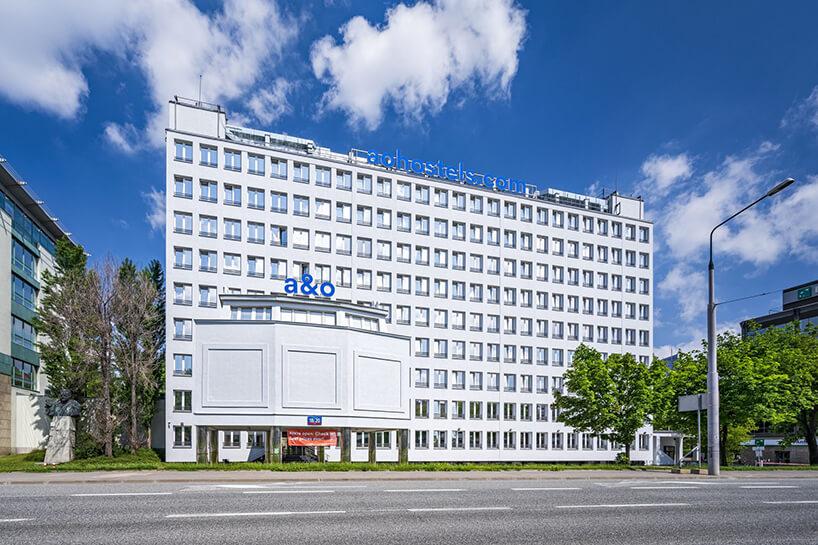 biały hotel zdrzewem przed budynkiem