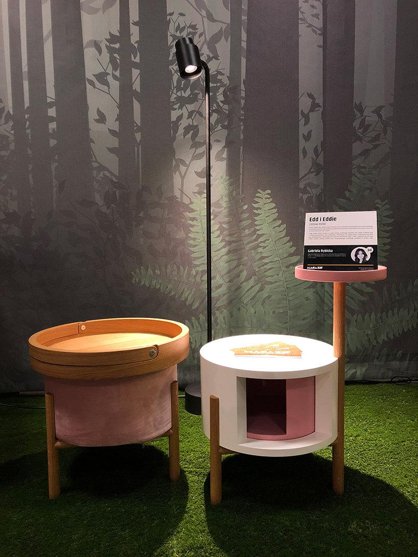 dwa drewniane okrągłe stoliki