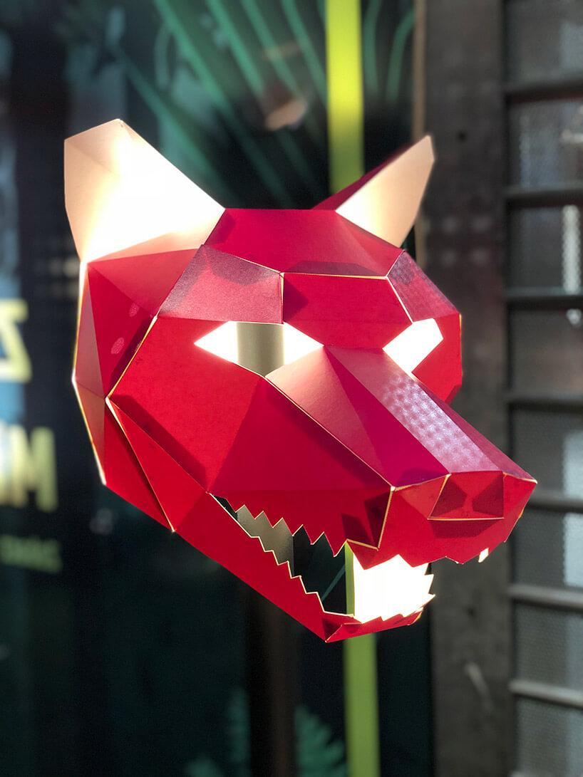 czerwona maska wilka