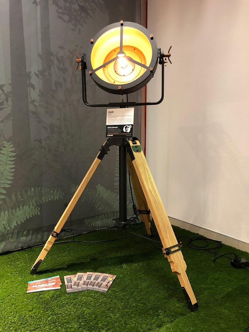 wyjątkowa duża lampa na trójnogu