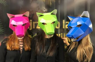 trzy dziewczyny w kolorowych maskach wilków