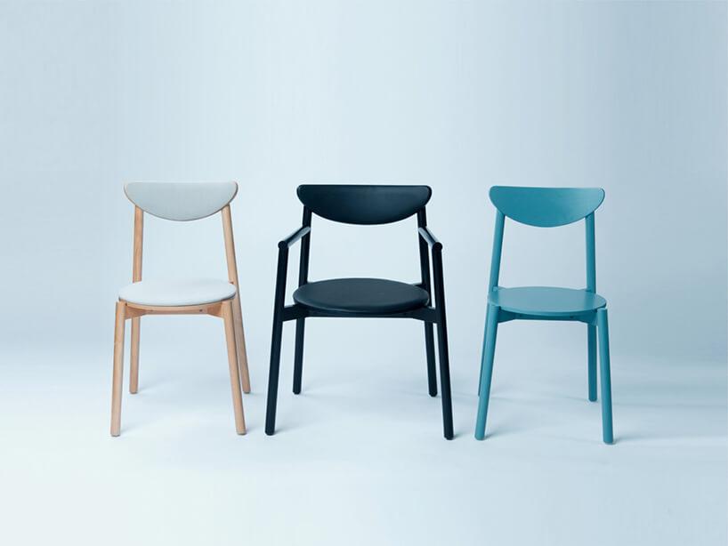 trzy drewniane jednokolorowe krzesła IDO projektu Kingi Pawlik wramach konkursu Młodzi na start