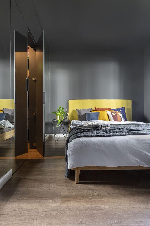 otwierane lustrzane drzwi do garderoby wciemno szarej sypialce