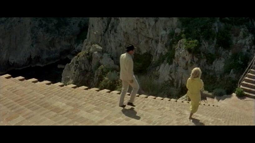 mężczyzna ikobieta schodzący po schodach