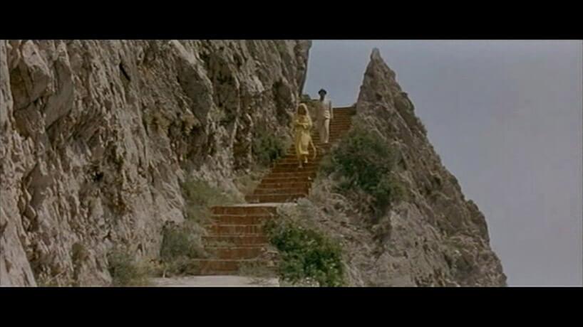 mężczyzna ikobieta schodzący po wąskich schodach