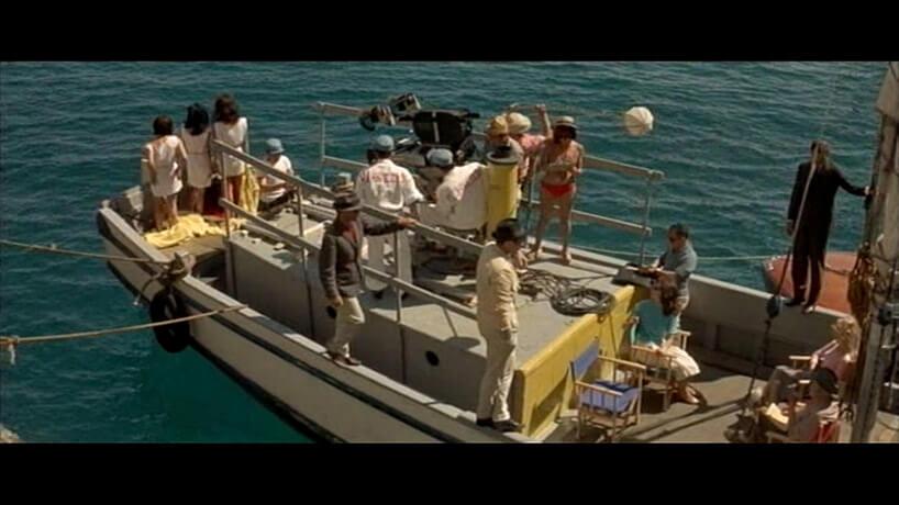 grupa ludzi na łodzi