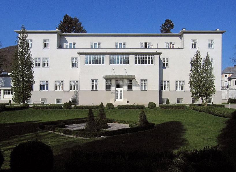 biały budynek od frontu