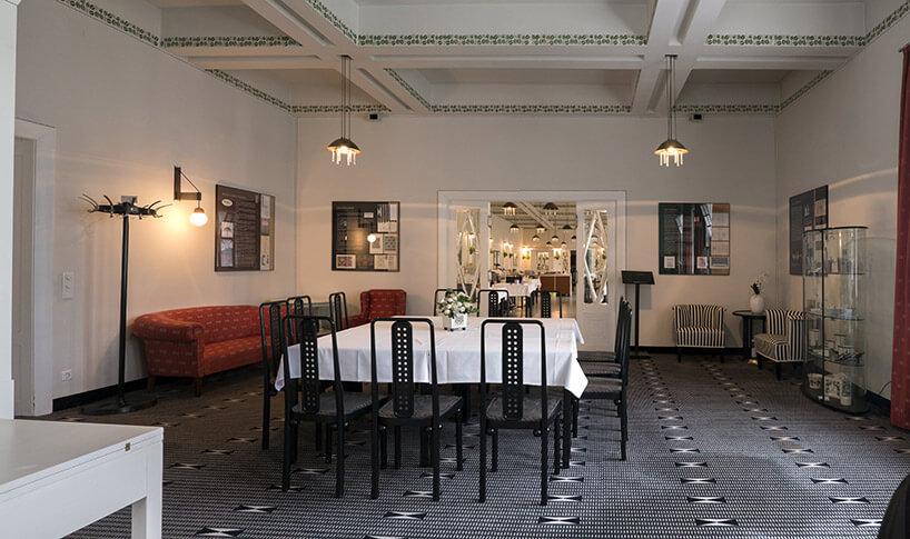 duży stół zbrązowymi modernistycznymi krzesłami
