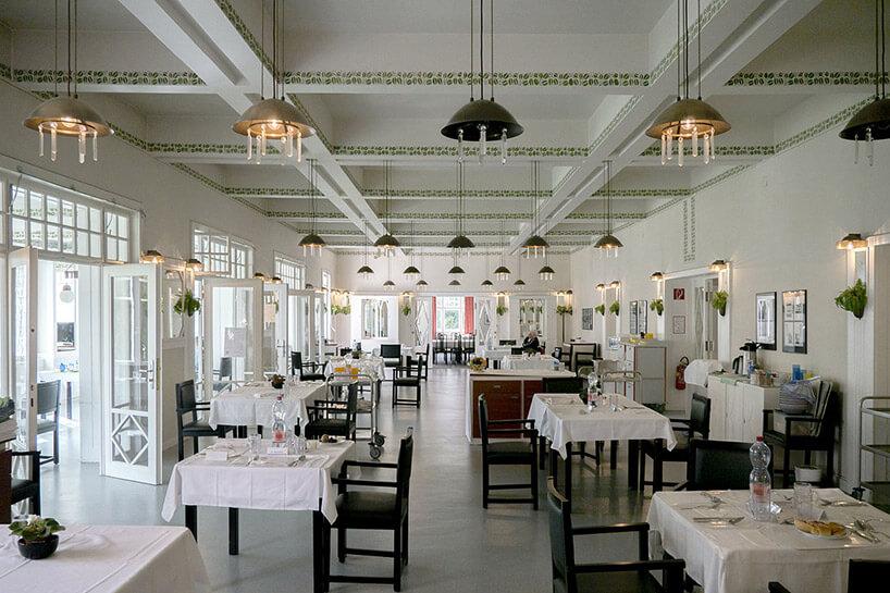 wnętrze białej restauracji