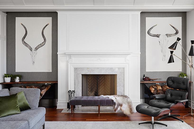 modernistyczne wnętrze Ravenswood Residence elegancki salon zfioletowym siedziskiem ieleganckim fotelem zpodnóżkiem wykończony drewnem