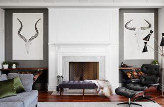 modernistyczne wnętrze Ravenswood Residence elegancki salon z fioletowym siedziskiem i eleganckim fotelem z podnóżkiem wykończony drewnem