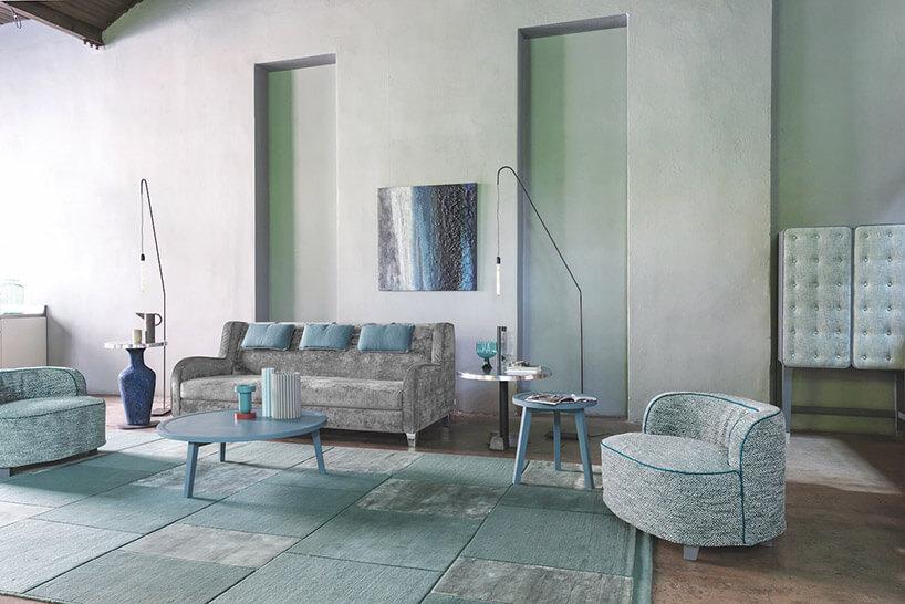 jasno zielone wnętrze zsofą stolikiem ifotelem