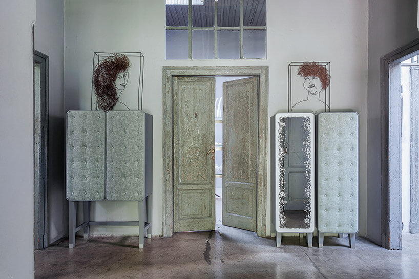 wnętrze ze starymi drzwiami idwoma szafkami przy nich