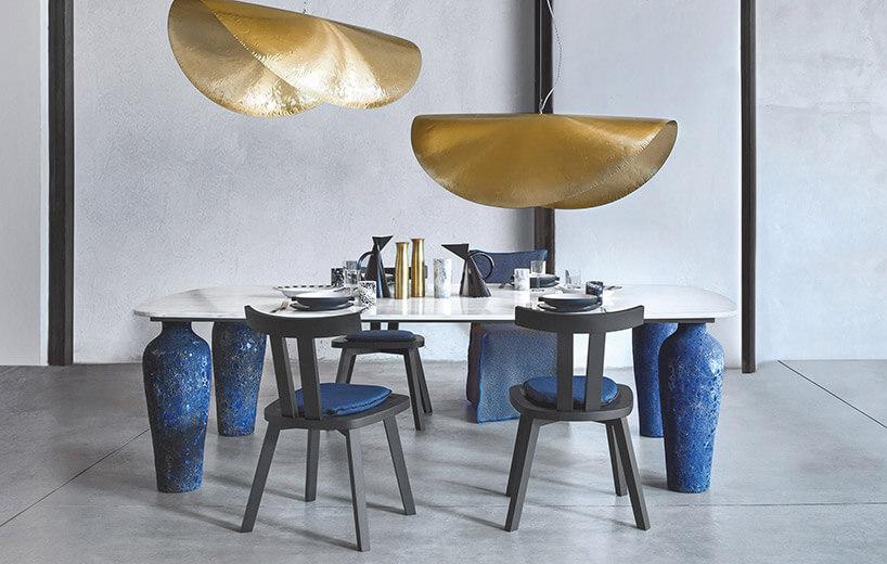 jadalnia zdużym stołem na niebiskich nogach idużymi nisko wiszącymi lampami