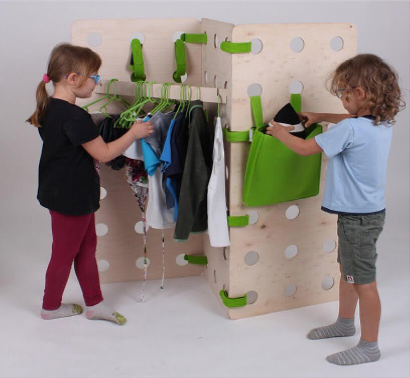 dwoje dzieci przy modułowym zestawie dots