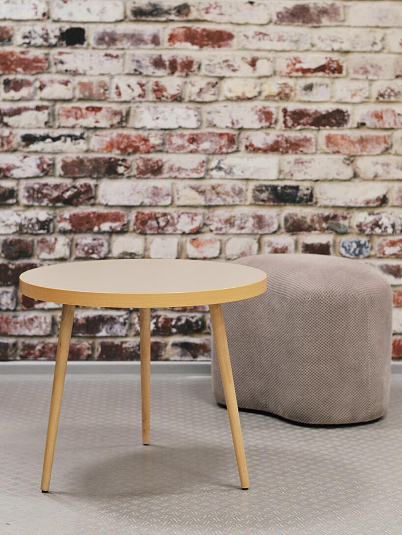 kremowa pufa imały drewniany stolik