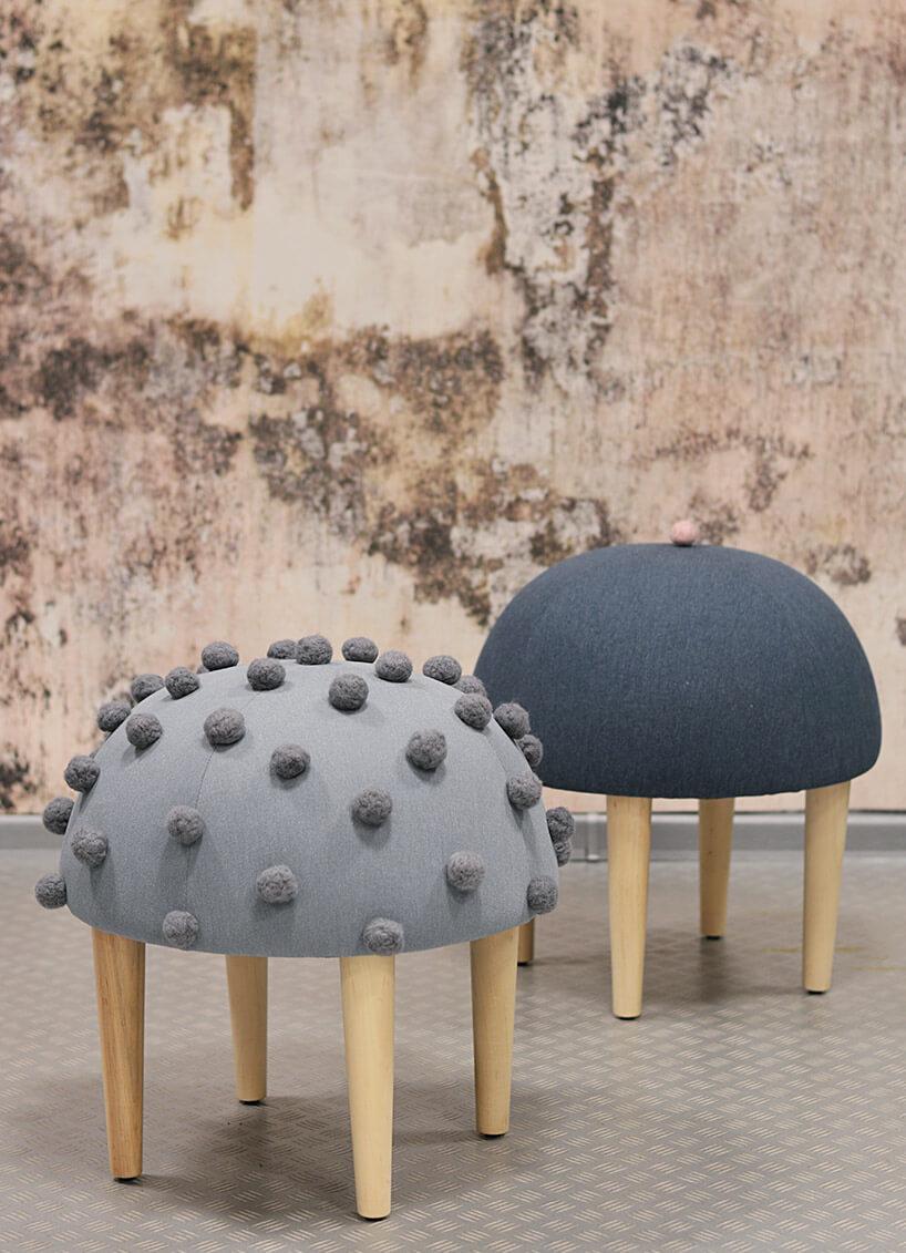 szare stołki zsiedziskami na wzór beretów