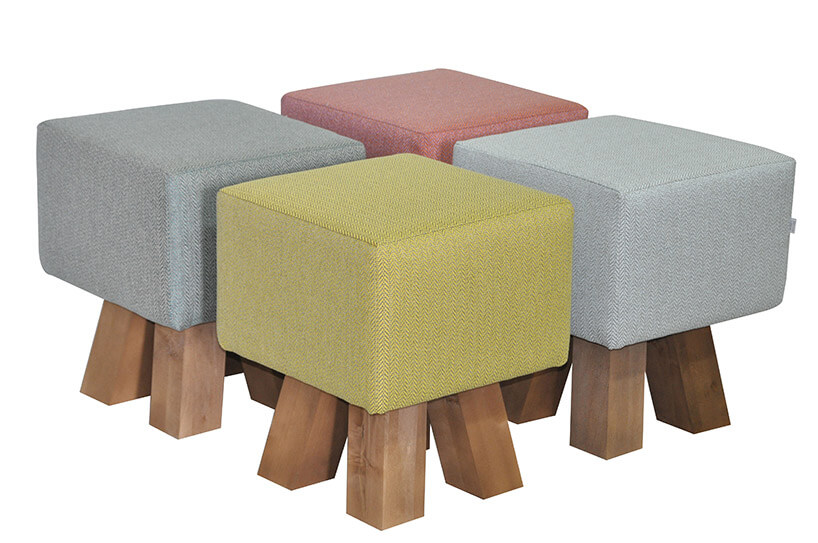 cztery małe stołki