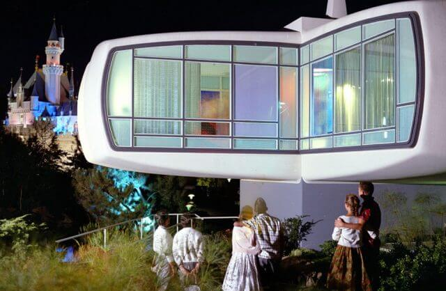 Dom przyszłości Monsanto na tle zamku Disneya