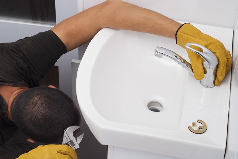 monter podczas przykręcania baterii łazienkowej do małej umywalki