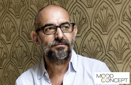 zdjęcie Ferruccio Laviani w białej koszuli na tle ściany ze wzorem