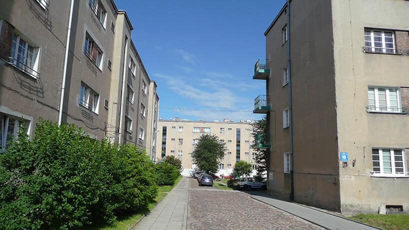 ulica pomiędzy blokami