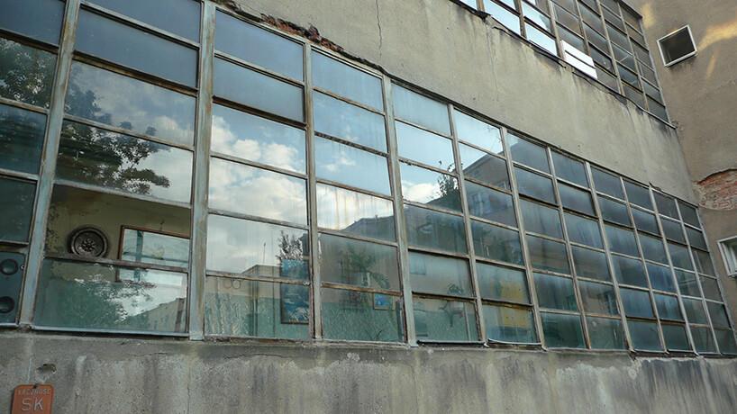 stare małe okna