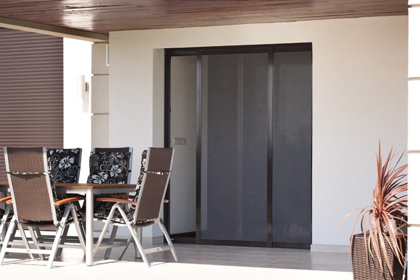 duże brązowe drzwi tarasowe zmoskitierami ANWIS