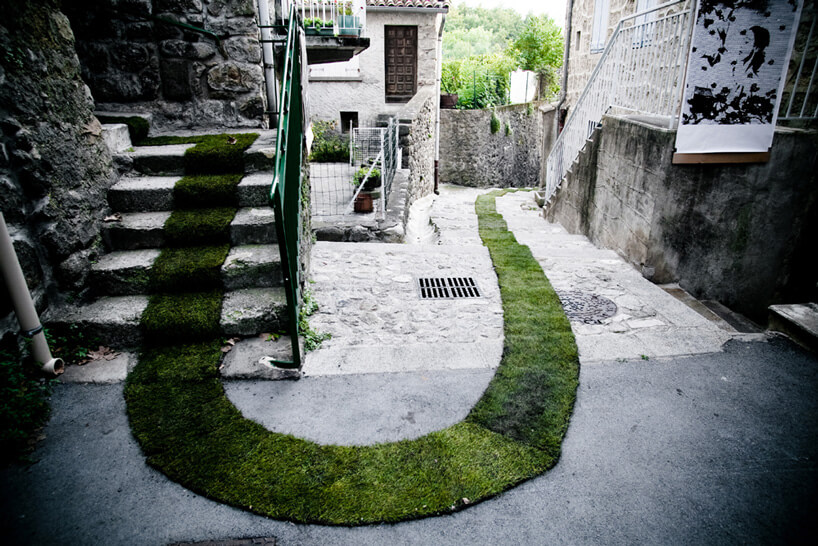 pas trawy na schodach