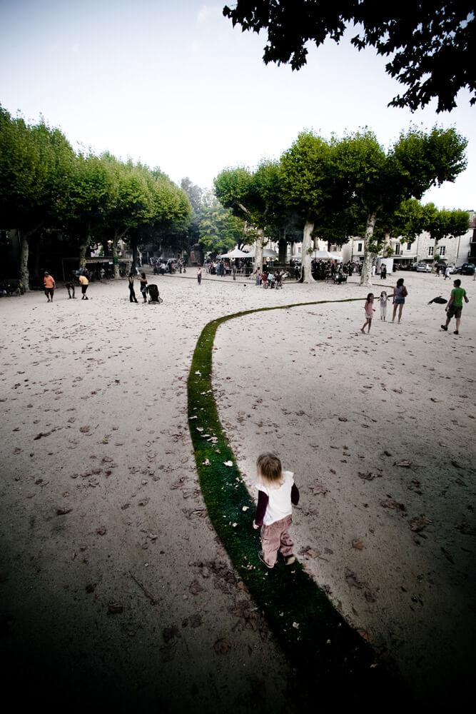 pas trawy przechodzący przez park