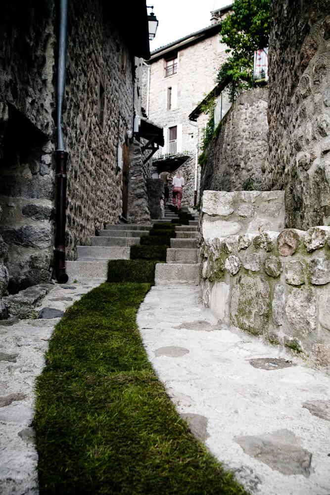 pas trawy na środku chodnika