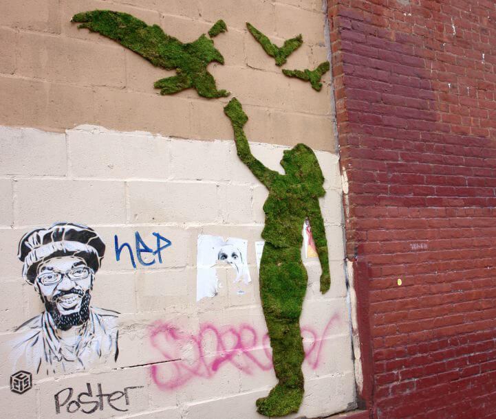 kobieta ptakami ztrawy na ścianie