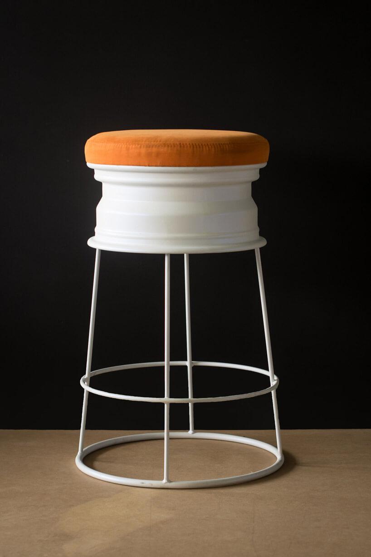 pomarańczowe obicie wysokiego krzesła wciemnym pomieszczeniu