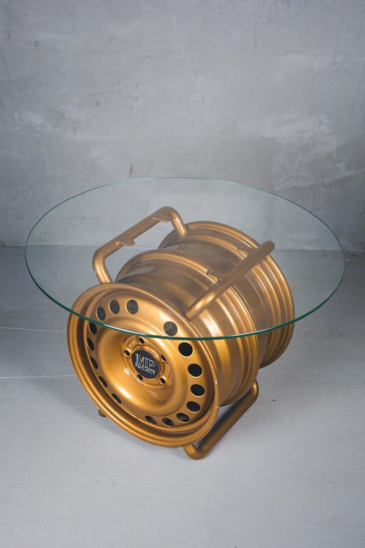 nowoczesny szklany stolik zfelgi samochodowej