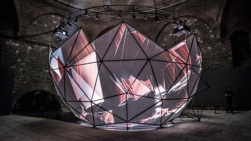 oświetlona geometryczna konstrukcja