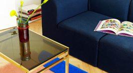 niesymetryczny dywan zróżno kolorowych kawałków