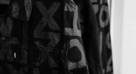 czarne koszule znamalowanymi literami icyframi
