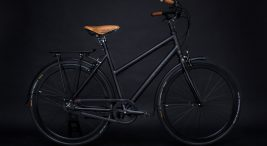 czarny rower ze skórzanym siodełkiem irączkami