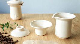 zestaw białych ceramicznych naczyń do parzenia kawy na drewnianym stole