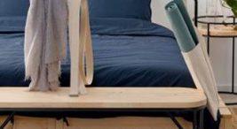 drewniane niebieskie łóżko zczarnymi metalowymi elementami