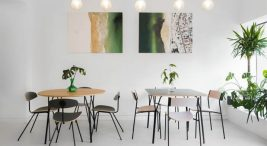 dwa drewniano-metlowe zestawy stołu zczterema krzesłami